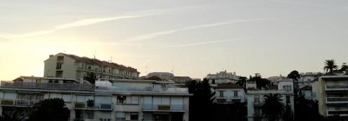 Coucher de soleil en contre jour d'immeubles modernes