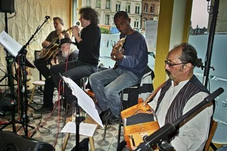 Trois guitaristes, un accordéoniste et le chanteur