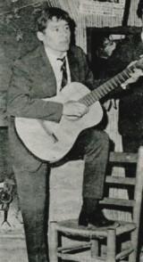 Guy Ciancia s'accompagne à la guitare