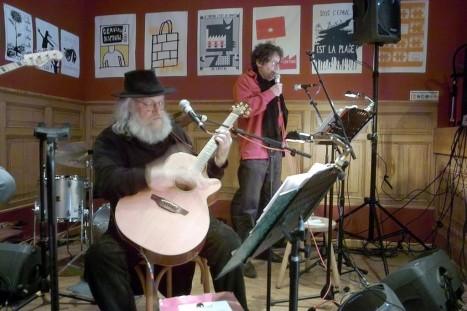 Un guitariste et le chanteur en juin 2008 © G Rouy