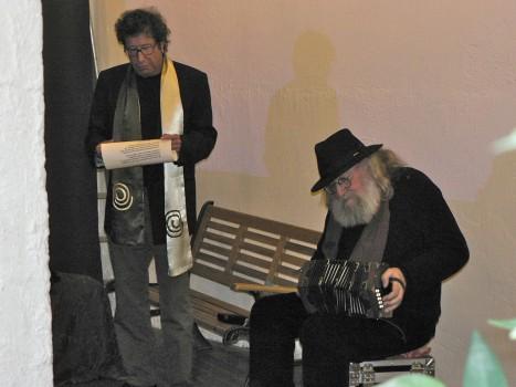 Debout, Guy Ciancia chante; assis , près de lui, Gérard Buisine joue du concertina. assis