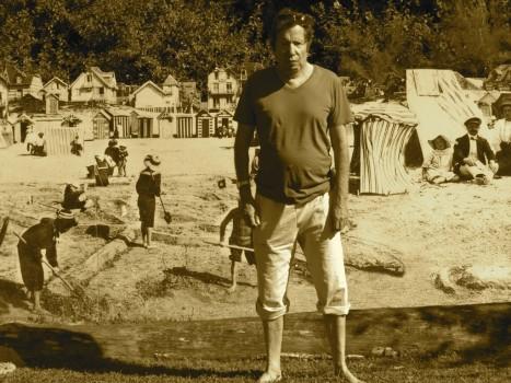 Guy Ciancia en bermuda sur la plage