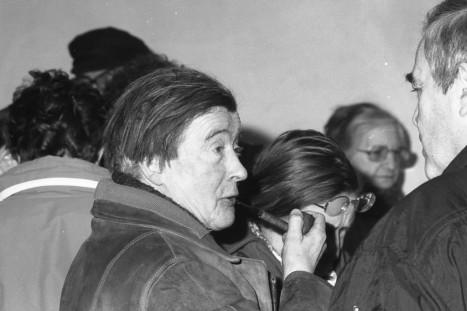 André Blavier , pipe en main. À droite, Claude Daubercies. Odette Blavier, entre les deux, lunettes sur le front.