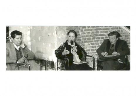 Assis, de gauche à droite, Guy Ciancia, Claude Debon (micro en main) et André Blavier.