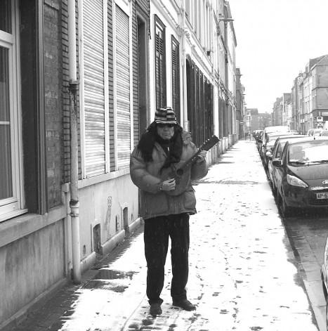 Guy Ciancia joue de la mandoline dans sa rue enneigée